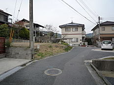 南西側団地入口から見た道路、宅地