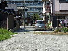 進入路より鹿島中学校正門を望む。