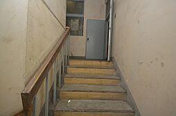 インナー階段で雨・風にも濡れず防犯対策。