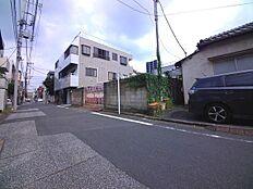 西側前面道路は幅員5.45mです。