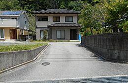 小さな分譲地の一画で、こちらが分譲地内の道路(位置指定道路)です。