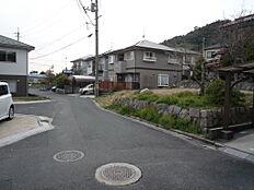 北東側から見た道路、宅地