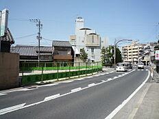 金融機関が立ち並ぶ県道沿い角地