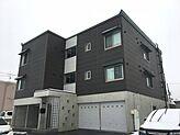 平成24年8月築、2LDKが2部屋・3LDKが2部屋の計4部屋ある木造アパートです。