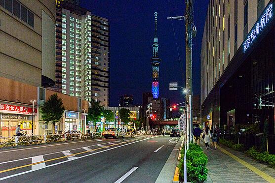 マンション(建物全部)-墨田区東向島6丁目 現地前曳舟川通りから東武曳舟駅方向に見えるスカイツリー。