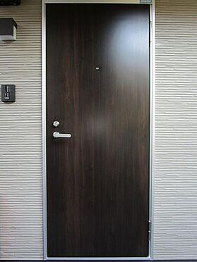 アパート-大田区大森北3丁目 木目調のデザインが印象的な玄関扉