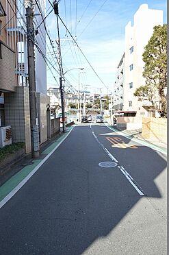 アパート-横浜市保土ケ谷区岡沢町 前面道路は幅員約7.61m。