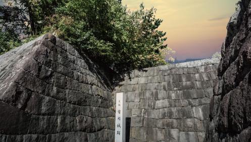 有岡城跡公園 約580m(徒歩8分)