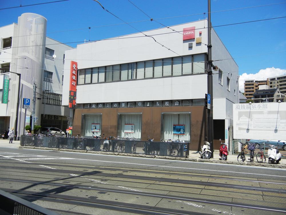 愛媛銀行道後支店 ザ・レジデンス(北棟):約360m(徒歩5分) ザ・プレミアム(南棟):約440m(徒歩6分)