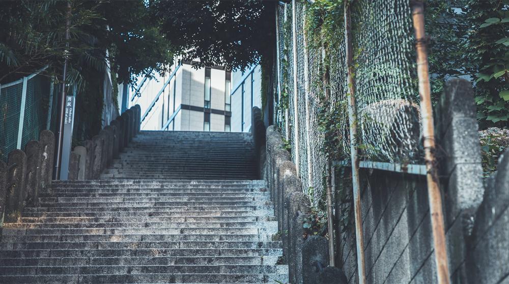 男坂 約150m(徒歩2分)