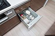 食器洗いが簡単に美しく仕上がる上、衛生的で節湯効果のあるコンパクトタイプの食器洗い乾燥機を標準装備。