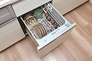 食器洗いが簡単で美しく仕上がる上、衛生的で節湯効果のあるコンパクトタイプの食器洗い乾燥機を標準装備。低騒音・省エネを実現。