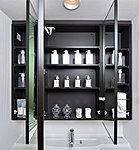 洗面化粧台は、メイクやひげ剃りなどに便利なくもり止めヒーター付の三面鏡タイプを採用。かさばるティッシュBOXを収納できるスペース付です。