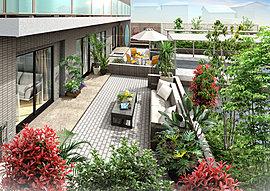 1階住戸には、テーブルセットなどを置いて、アウトドアの爽快な寛ぎを堪能できるテラス付の専用庭を配置しています。海からの帰宅時には、専用庭から出入りができるので便利。