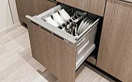 稼働音が静かな、低騒音構造の食器洗い乾燥機を標準装備。標準使用水量は約10Lと、手洗いより節水できます。約60~70℃の高温洗浄でラードなどの頑固な汚れもスッキリ落とします。