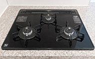 お料理の微妙な火加減調節はセンサーでサポート。様々な安全機能が付いていますので、キッチンワークがはかどります。キズがつきにくいガラストップは、汚れを拭き取りやすくお手入れがスムーズ。