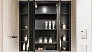 洗面化粧台の鏡は、メイクや髭剃りに便利な三面鏡タイプ。開いて合わせ鏡としても使用できます。鏡の裏側は収納スペースとして利用でき、小物などを保管できる棚も付いています。