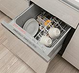 食器洗いが簡単で美しく仕上がるうえ、衛生的で節水効果のあるコンパクトタイプの食器洗い乾燥機を標準装備しました。低騒音・省エネを実現し、スムーズに洗浄・乾燥までできます。