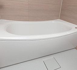 美しいカーブと全身を包み込むような入浴感が特長のクレイドル浴槽を採用。浴槽のフチもつかみやすくなっているので出入りするときに安心です。