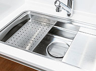 シンク内を3層に分け、用途に合わせて立体的に使えるユーティリティーシンクEを採用。洗う・調理・片付け等効率的に行うことができ、シンクの広さはそのままに調理スペースをより効率よく確保できます。