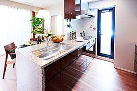 キッチンは、奥の物も取りだしやすいスライド式の収納を採用したりシンクのスペースを有効活用できるように3枚のプレートをつけたりとものづくりの細部まで使いやすさにこだわりが。食器洗浄機も標準装備で家事の時間がぐっと縮まります※2015年9月撮影