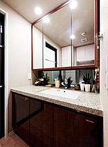 豊富な収納スペースを備えた洗面室。機能性はもちろん、朝晴れやかな気分で身支度ができるように、見た目の美しさにもこだわっています。※2015年9月撮影