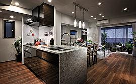 """カウンタートップには高級人造石""""フィオレストーン""""を採用。コンロまわりの壁面には、美しくお手入れの簡単なホーローパネルを採用したキッチン。"""