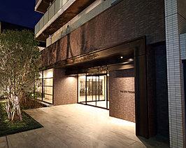 温かみのある素材を生かした寛ぎのエントランスホール。お住まいの方も、お客様も心ゆくまでくつろげる空間を創出しています。