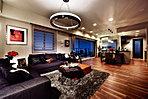 迫力の22畳超のリビングダイニングキッチン。柱が住戸に出ない、アウトフレーム工法を採用しているため、家具のレイアウトも自由自在。