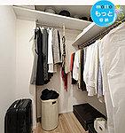 衣類や小物を効率よく収納できるウォークインクロゼットを設置。スーツケースなども収納できるので、とても便利です。