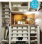 小物をひっかけるフックや傘をかけるスペースも確保。家族の靴をたっぷり収納できます。※写真はオプション仕様です。
