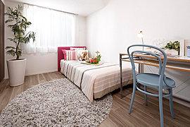 柱が部屋の外にでるアウトフレーム工法で、ベッドも机もしっかりおけます。