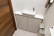 清潔感のあるミニマルデザインの手洗いカウンターを装備。カウンター下には清掃グッズなどを収納可能です。(一部除く)