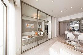 リビング・ダイニングと隣り合う洋室の壁は、用途に合わせて間取り変更できるフレキシブルドアを採用しています。※フレキシブルドアの透明色はオプション使用