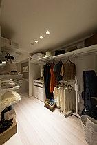 棚板やパイプ位置を自分好みに合わせで稼働できる、収納量充実のウォークイン収納。