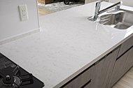 カウンタートップには、清潔感がありお手入れが楽な人造大理石を使用。