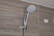 シャワーヘッドに内蔵した羽根車が水圧を上げて、少ない水量でも勢いのあるシャワーを可能にした節水シャワーです。