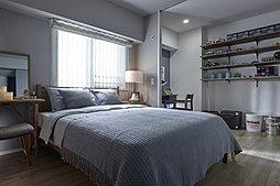 楽しかった一日の疲れを癒すベッドルームは、アースカラーを基調としアンティーク家具もなじむ落ち着いた雰囲気に。
