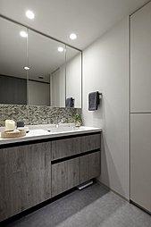 機能的な設備配置で快適に使用できる洗面室