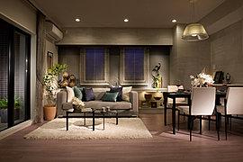 美しく、ゆとりに満ちた暮らしのシーンを描く空間。フローリングや建具のひとつひとつにまで厳選を重ね、洗練と上質が息づく、高い快適性を求めたリビングダイニングルーム。