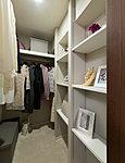 衣類やスーツケースなど、たっぷり収納できます。しまう物の大きさに合わせて収納できる可動棚を設置しました。