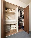 和室がないプランで困るのが布団の置き場。通常のクロゼットに布団が収納できるスペースを確保しました。