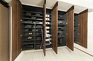 """多くの靴を収納できる大容量のシューズクローク。扉内側に傘立ても設け、""""住まいの顔""""玄関を美しく保ちます。"""