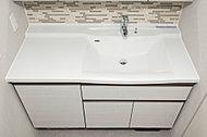 片側にスペースを確保し、乾いた衣類などを濡らさずに置けます。継ぎ目のないボウル一体型のため、お手入れも簡単。