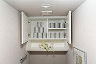 サニタリー用品の収納スペースです。飾り棚付なので、花や小物も飾れます。