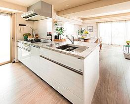 明るく開放的なキッチン。気配りたっぷりの設備と機能が家事を楽しみな時間に変えてくれます。