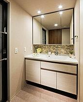 ボウル片寄せ一体型カウンターや三面鏡裏収納など機能性を兼ねそろえた洗面台です。
