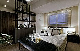 シックなテイストで仕立てたホテルライクなベッドルーム。上質な寛ぎにゆったりと身をゆだねてください。