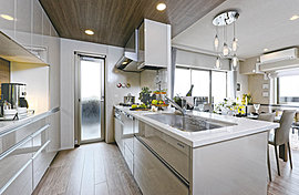 高級人造石を使用したキッチン。創造する愉しみが生まれます。