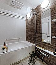 毎日を快適に過ごす工夫が施されたバスルーム。1日の疲れを癒し洗い流します。